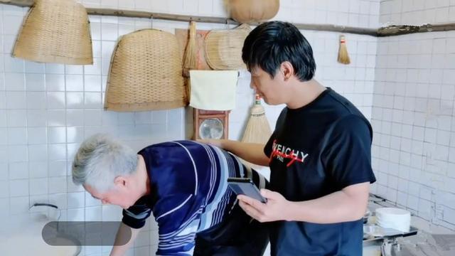 宋小宝的直播被停播了。他穿着一件4890元的T恤衫和他的主人一起做饭。把破裤子混搭在一起是
