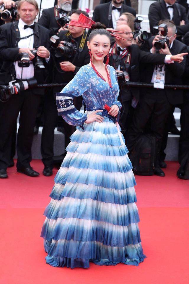 她穿着苗族蜡染连衣裙在戛纳电影节上亮相,令人惊叹