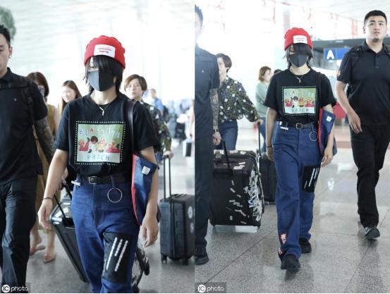 """周必昌出现在机场,成为一个""""独眼人""""。这个季节他开始戴羊毛帽子。看起来很热"""