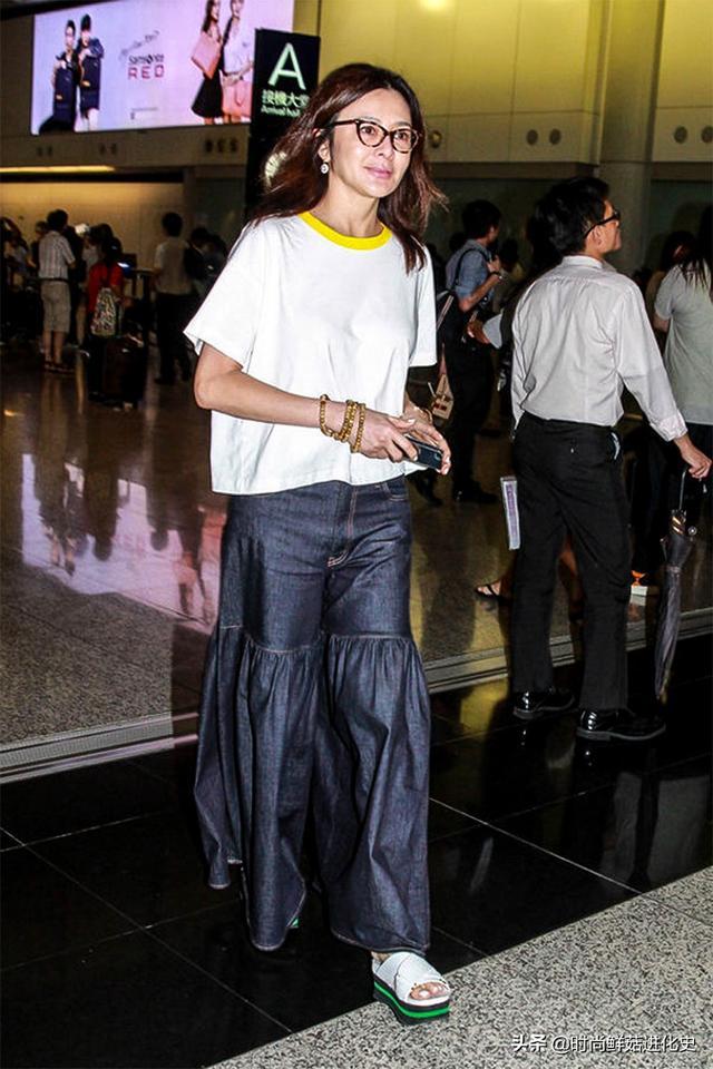57岁关之琳走机场,穿搭扮嫩却被素颜出卖,皮肤蜡黄皱巴老态尽显
