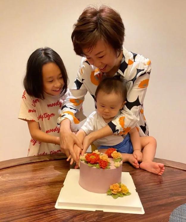 张怡宁真的很高兴。她为60岁的丈夫生了第二个孩子。她私下佩戴的花仍然显示出她的气质