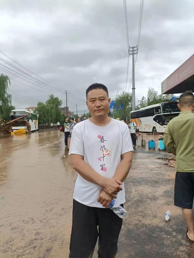 全网寻人!他开铲车在洪水中救下近70人,场面惊险……